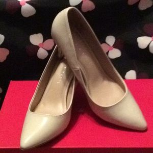 Kelly and Katie bone colored pump size 6 1/2